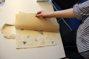 Ziehe das Backpapier vorsichtig ab und schaue nach, ob alles hält. Wenn nicht, lege das Backpapier noch einmal auf und bügele nach.