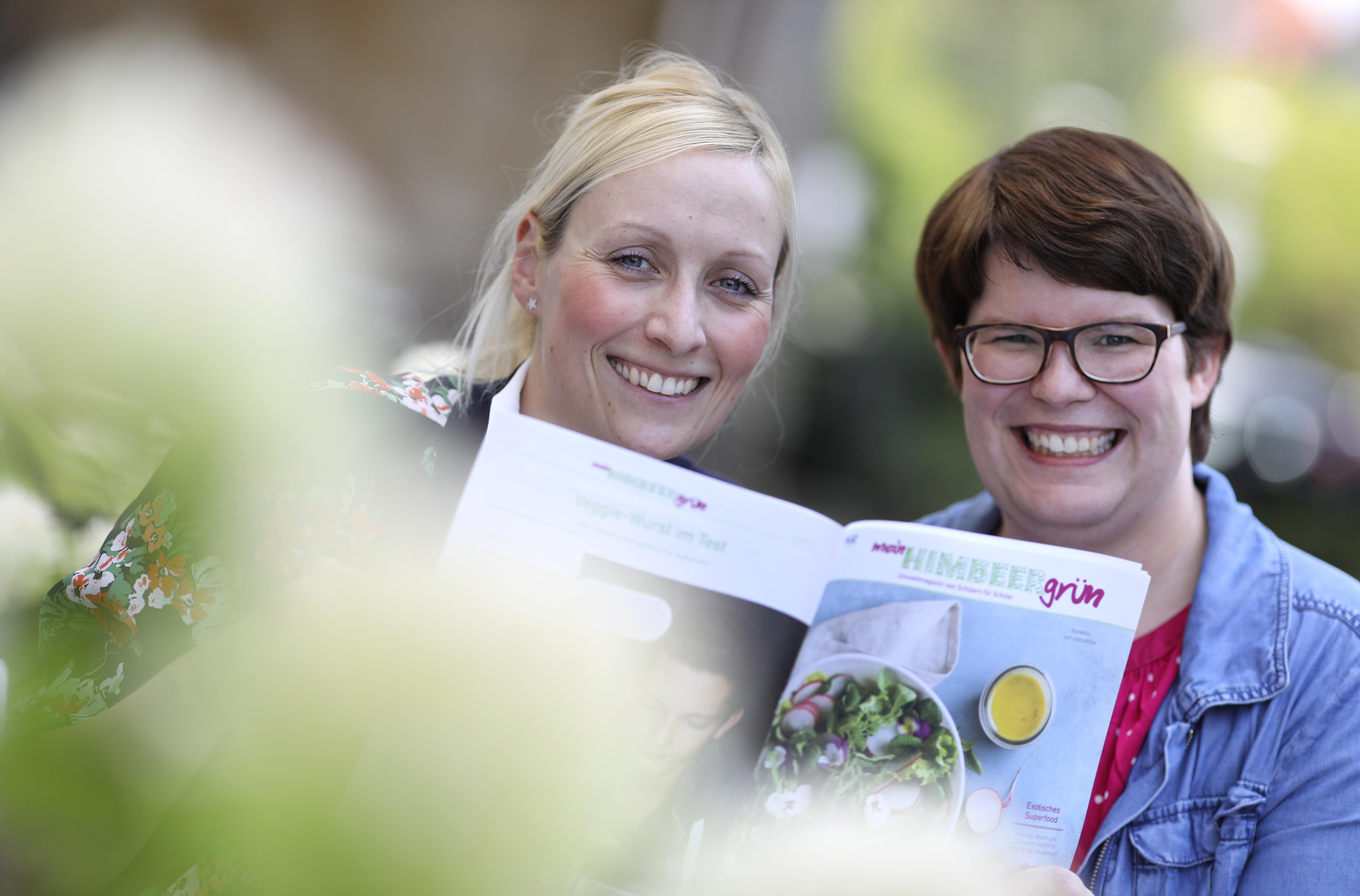 Himbeergrün: Nina Strakeljahn und Kathrin Pohlmann machen das NOZ-Magazin. 09.08.2017, Foto: Gert Westdörp